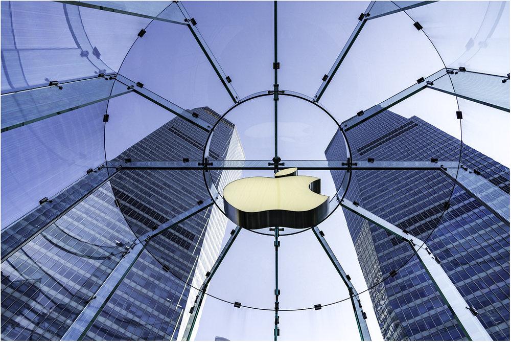 Внутри знаменитого стеклянного куба Apple retail store