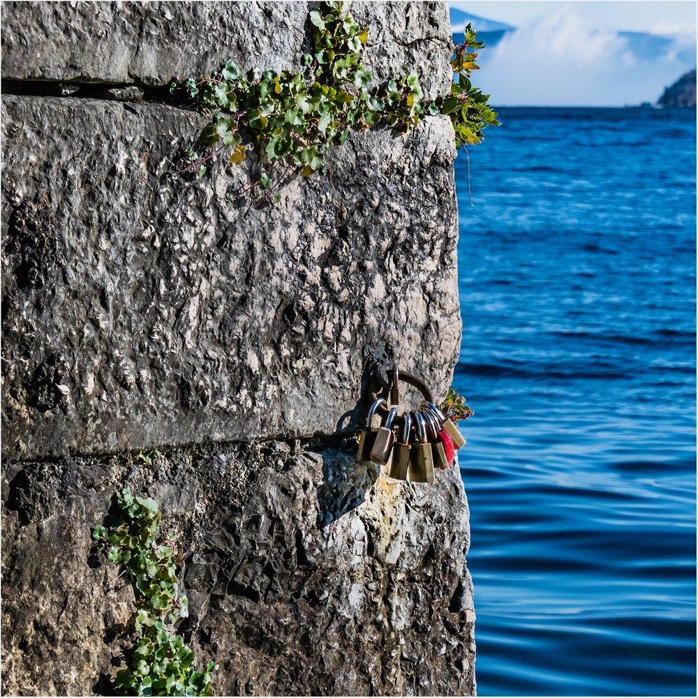 … а ключ от замка любви - в воду