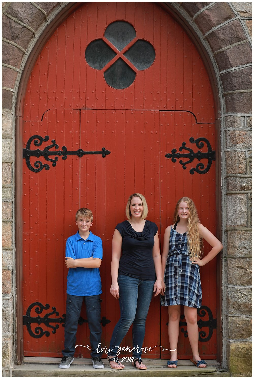 lgphotographylorigeneroseoutdooronlocationfamilysessionjimthorpepamomandherkidsreddoor.jpg