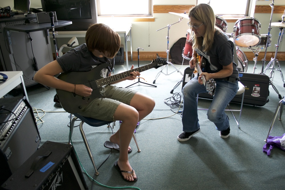 Volunteer Shannon Stine teaches a guitar student.