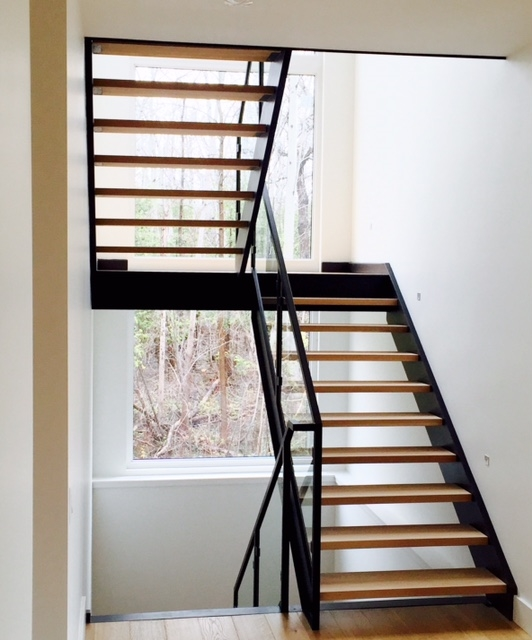 C-channel steel stringers with 1-3/4 white oak treads.  The railing system was fabricated out of tubular steel with custom glass clips.  Job Location: Blue Mountain, ON