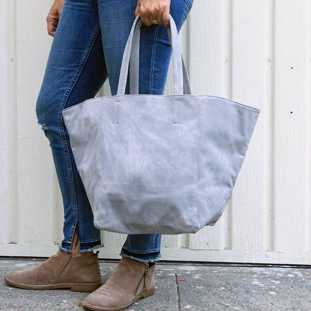 Shop Our Fall Sale and save up to 60% off on our tie dye vegan tote. This grey denim tote is durable and purposeful while making an easygoing statement. The high-quality vegan leather is printed in a denim-inspired tie-dye pattern, to add a fun yet subtle touch of color to any outfit. Buy online anytime at shop-btla.com. $30. . . . #gray #tiedye #tote #bag #shoppingbag #allpurpose #fallstyle #fallfashion #fall #sale #onlinesale #fashion #style #losangeles #btla #shopbtla #beautifulthings beautifulthingsla #btlabus #purse #handbag #shop #shoponline