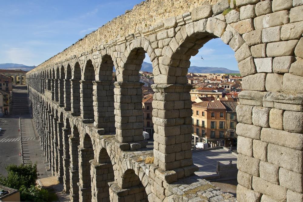 aqueduct-876321_1920.jpg