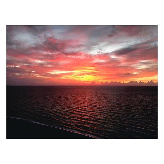 Wake up to this outstanding sunrise every morning in Miami Beach! #oasis #paradise #sunrise #ocean #oceanfront #miami #miamibeach #rental #apartment #views #puremiamibeach #florida #vacation #summer #verano #playa #mare LINK IN BIO #instagood #instadaily #tbt #travel #fbf