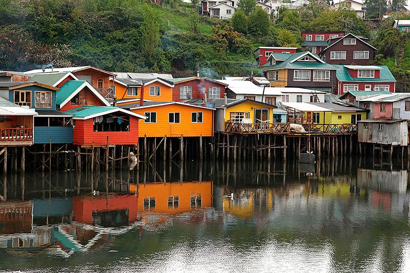 Houses on wooden stilts along the coast of Chile.© Images du Monde