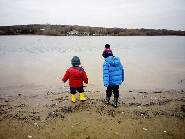 Middlesex, 3 January 2019 #walkingwithw #lido #watersedge #family #brothers #winter #explore