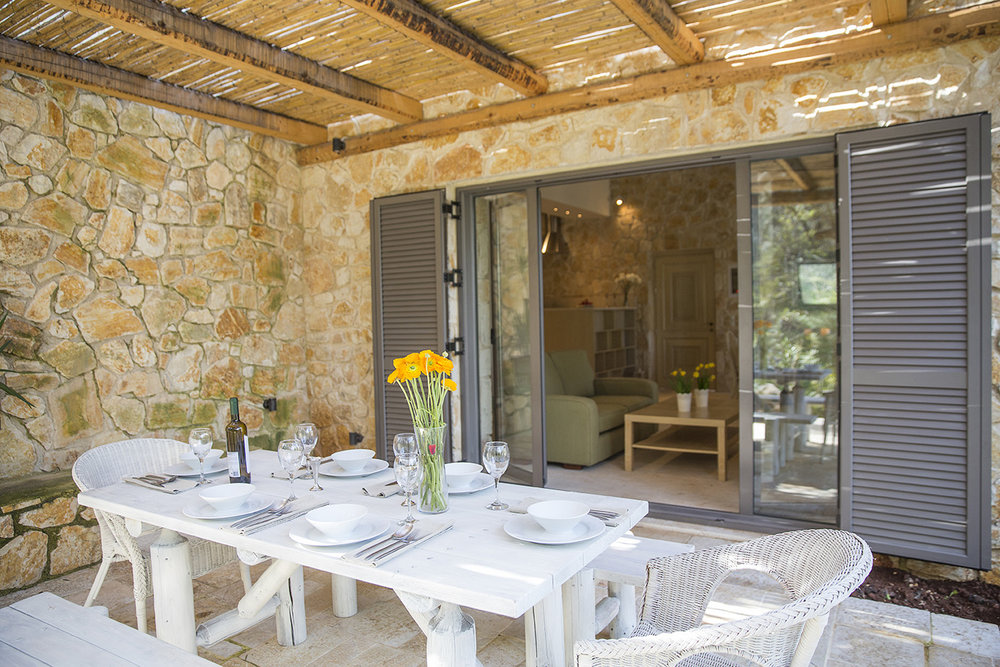 outdoor-dining-area-luxury-villa-avlaki.jpg