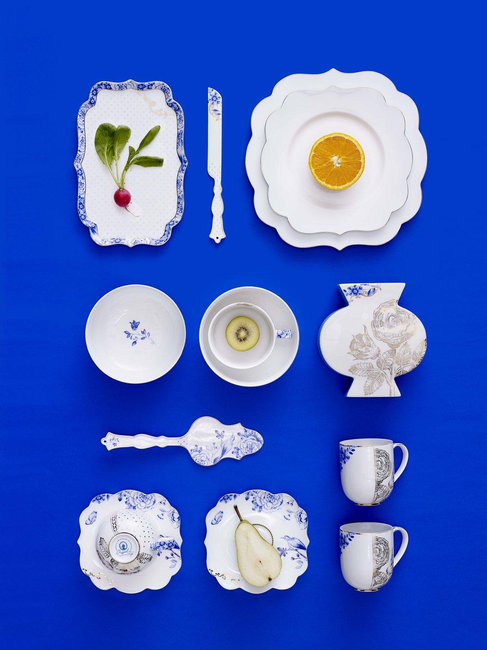 Royal White - Dopo il successo della gamma Royal è stata presentata anche la versione White, in cui si abbandonano i colori per concentrarsi su eleganti decori blu e dettagli oro.Sono disponibili anche i piatti tavola con solo un semplice bordo oro che valorizzano l'eleganza senza tempo della forma Royal.