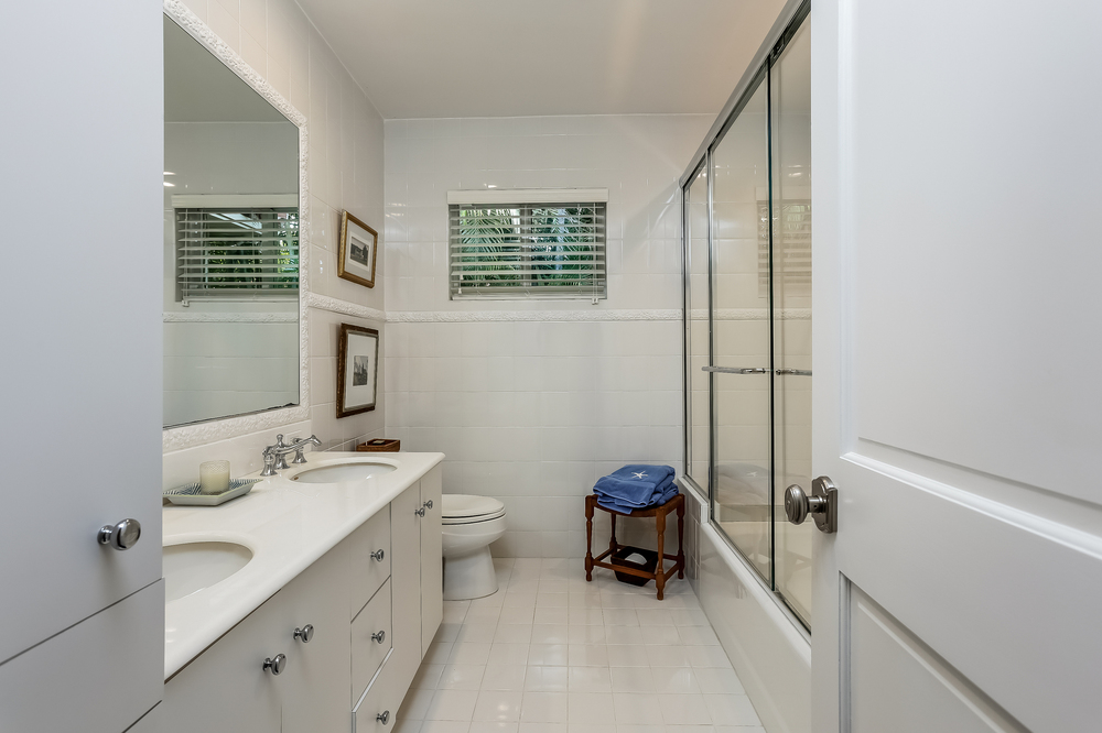 032-Bathroom-2647592-medium.jpg