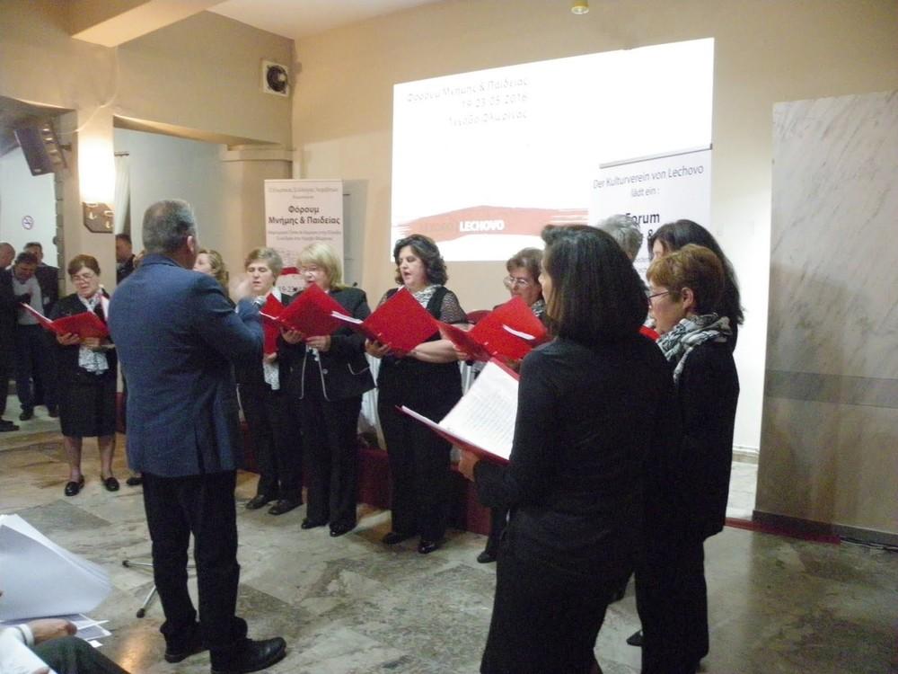 Der Chor des Dorfs sorgt für eine musikalische Pause