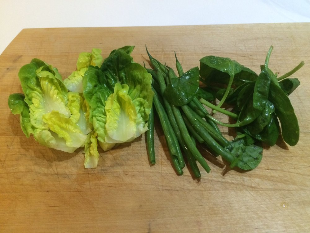 3. Wash the fine beans and spinach and add to the lettuce. -