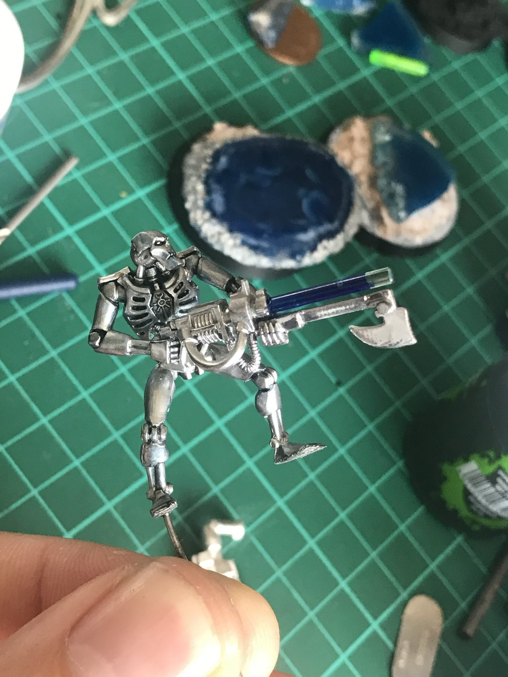 The chromed Necron warrior with the first bit of shading around the chest and my custom Gauss rods