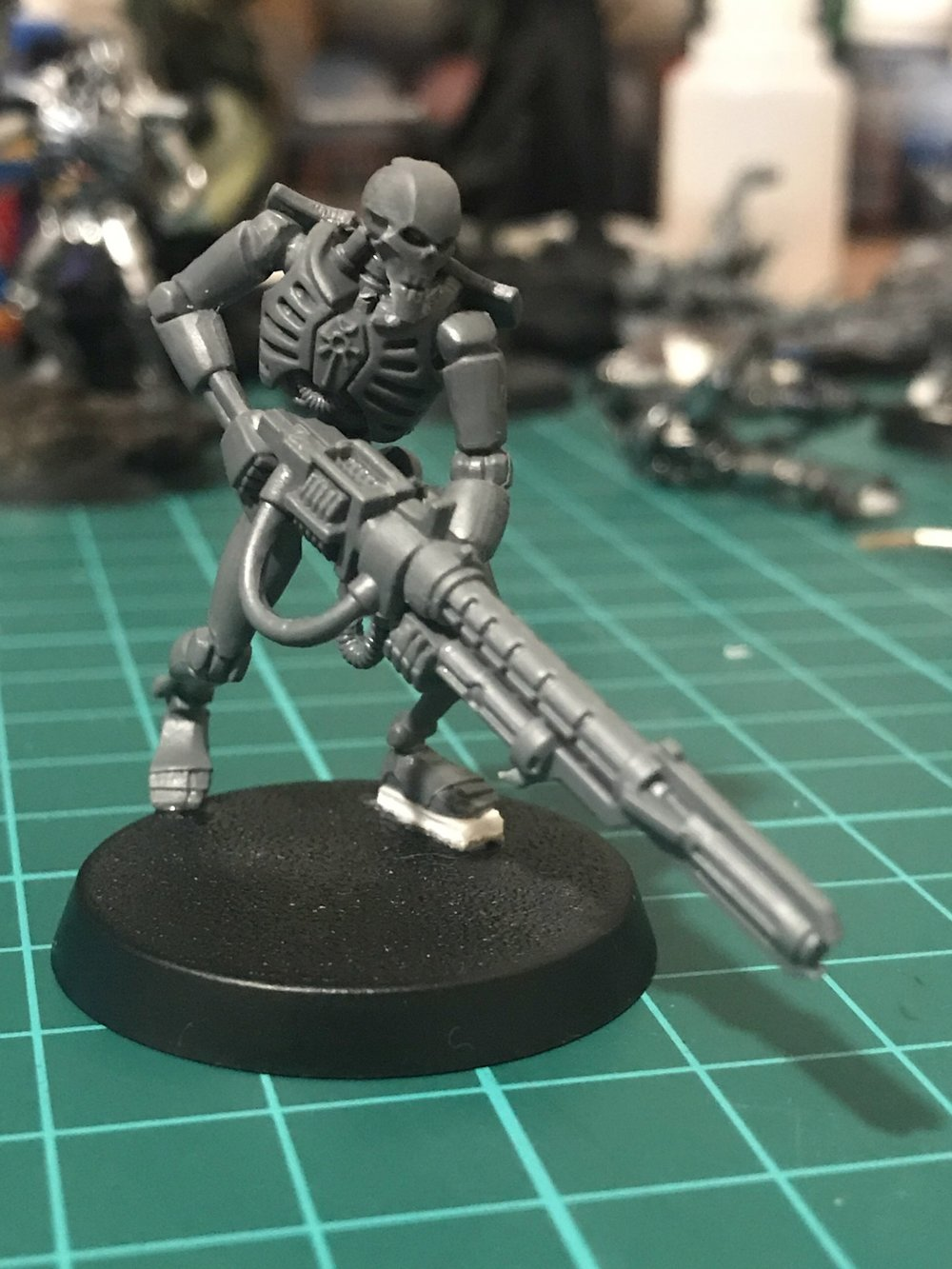 Necron warrior with a Deathmark power core in his Gauss Flayer