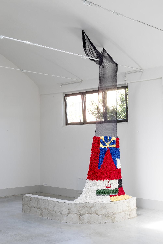 Rencontre 1 , bricks, net, wool, 2017. Photo: Alessandro Destro