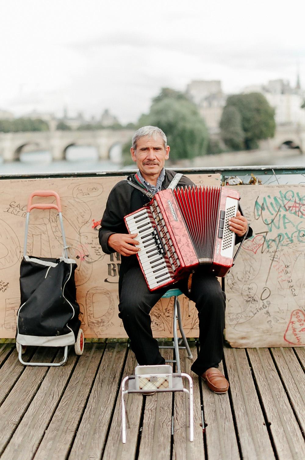 accordion player paris