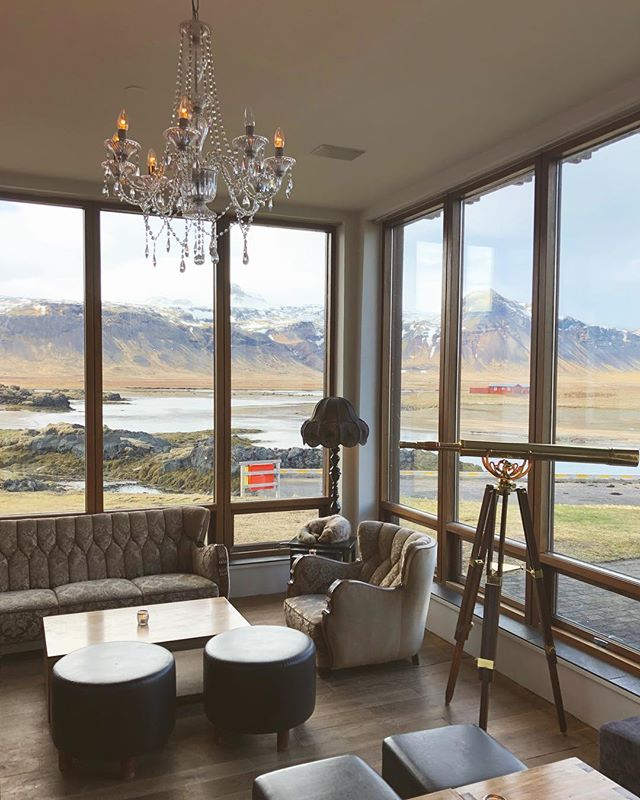 Extra long days mean drinks with ☀️ and a view 🔭 #hotelbudoir #iceland #budoir #icelandtravels #interiors #instatravel