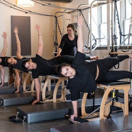 Summer summer summer time! Join us for our mid afternoon classes! #wundachair #pilates #alignaustin #keepaustinfit #beattheheat #summerbody 📸 @caseywoodsphoto