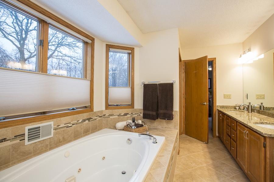 Minneapolis-St.Paul_Bathroom-Remodel_Oak-cabinets-tub_Metamorphosis.jpg