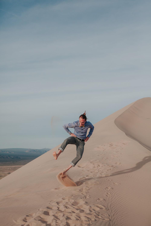 brandy.andrew. kelso sand dunes mojave desert  engagement session-62.jpg