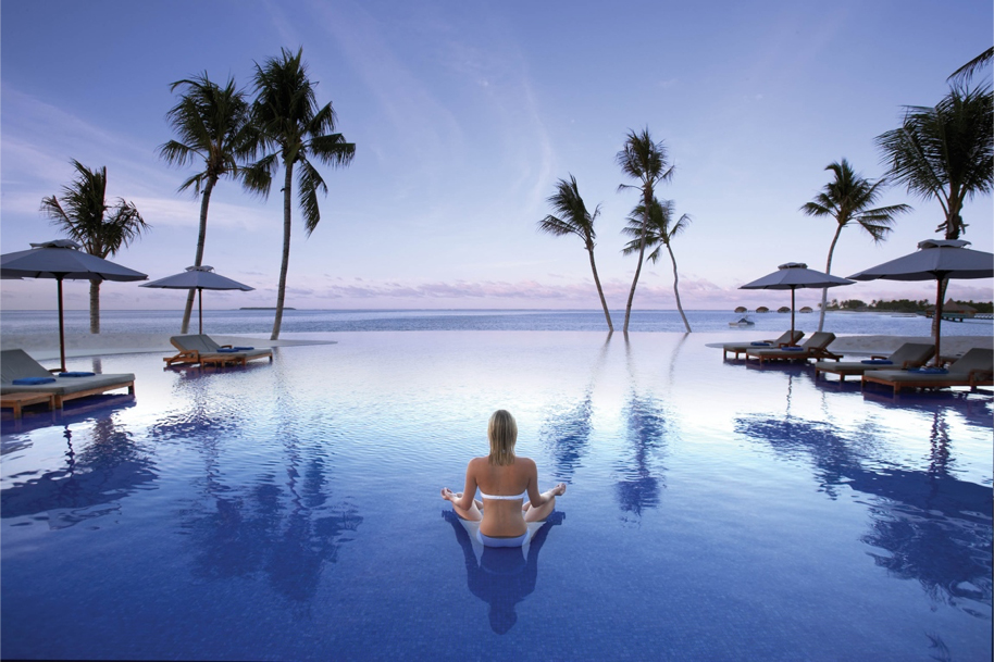 An example of an infinity pool, note the  real horizon  is fully visible beyond the illusionistic edge of the pool.