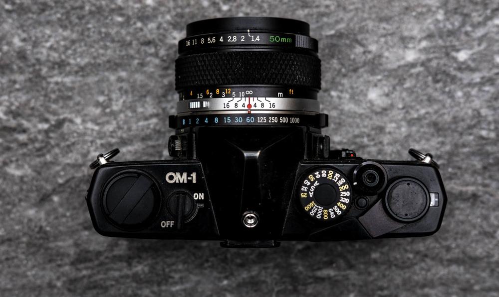 Olympus OM-1 fra gamle dager(tm). Her har filmen ISO 200, resten er opp til fotografen.