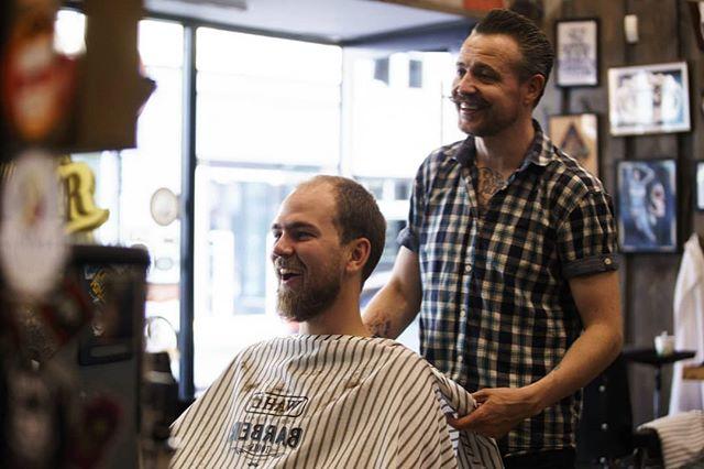 Her forteller Martin vitsen om forskjellen mellom en vits og tre snolker. Punchlinen er ikke særlig classy. #bergenbarberstue #skjegg #beard #beardsofinstagram #snaisenflais #sony #a7rii #canon #canon70200mm #bergen #barbershop #barber #barberlife