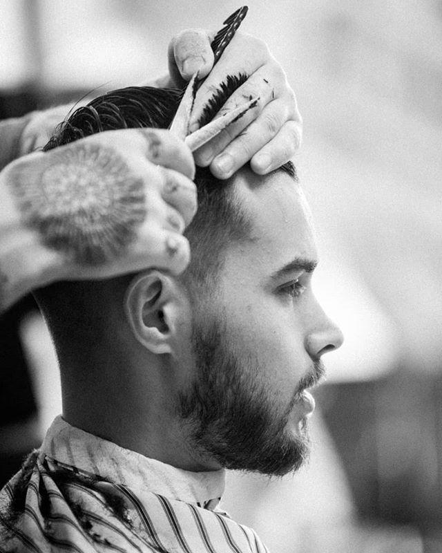 Andreas snaier litt hår med nennsom hånd. #bergenbarberstue #skjegg #beard #beardsofinstagram #snaisenflais #sony #a7rii #canon #canon70200mm #bergen #barbershop #barber #barberlife