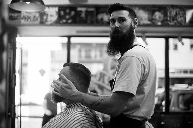 Hayden klappet forsiktig på Heines nyfriserte skjegg, når plutselig, all of a sudden, det smalt i en dør. Hayden doesn't like door-smelling, som man ser fra uttrykket. #bergenbarberstue #skjegg #beard #beardsofinstagram #snaisenflais #sony #a7rii #zuiko50mm #bergen #barbershop #barber #barberlife #doorsmelling #norwenglish