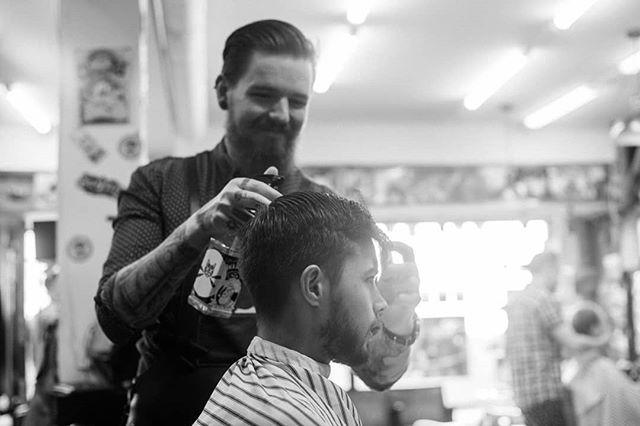 """""""Den største glede man kan ha, er å gjøre andre glad"""", pleier det å hete. For Andreas er det å skvosje folk skikkelig godt ned. Se på det smiletrynet. #bergenbarberstue #skjegg #beard #beardsofinstagram #snaisenflais #sony #a7rii #zuiko50mm #bergen #barbershop #barber #barberlife #bergen"""