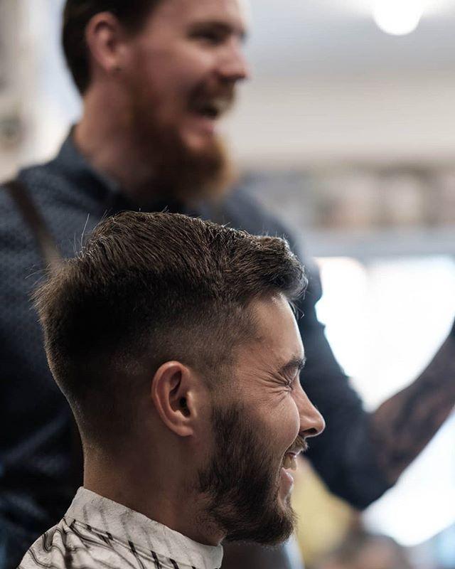 Mens det danses, synges og luftgitareres i bakgrunnen, forteller Andreas årets tørreste vits. Er det den om pinnen eller eskimoen? Blå maling eller nudiststranden? Hvem vet. Bare Andreas og kunden. #bergenbarberstue #skjegg #beard #beardsofinstagram #snaisenflais #fujifilm #fujix #xh1 #xf56mm #bergen #fujifilmnordic #fujix #barber #barberlife #barbershop #barberconnect