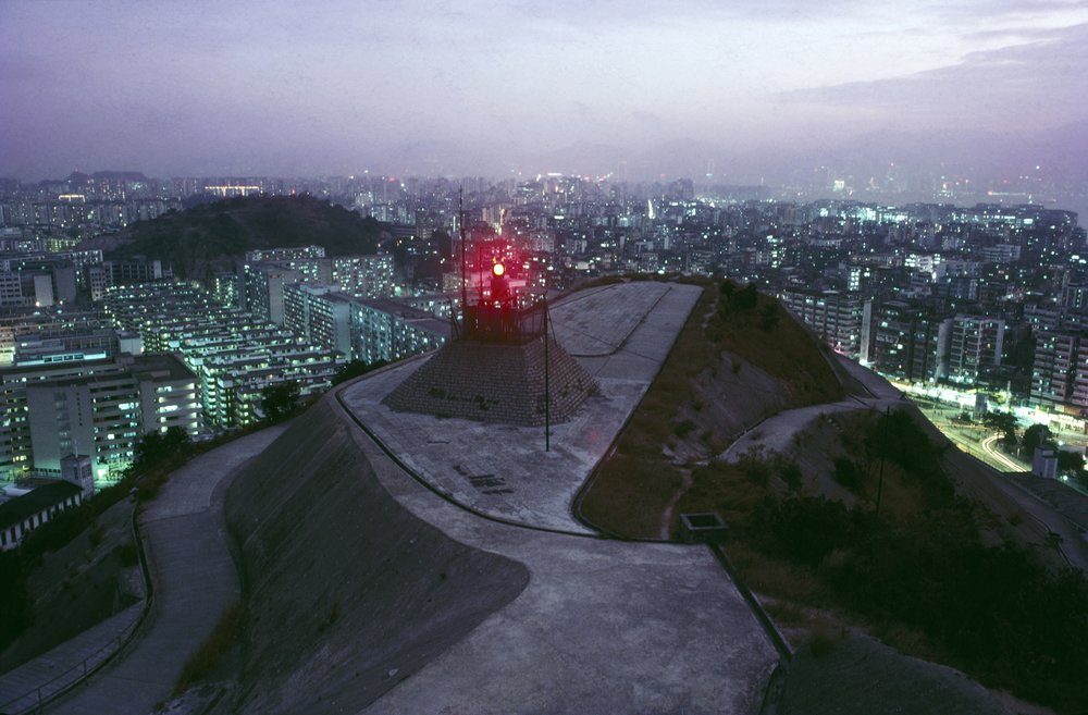 Greg Girard, Aircraft Beacon, Kowloon, 1986.jpg