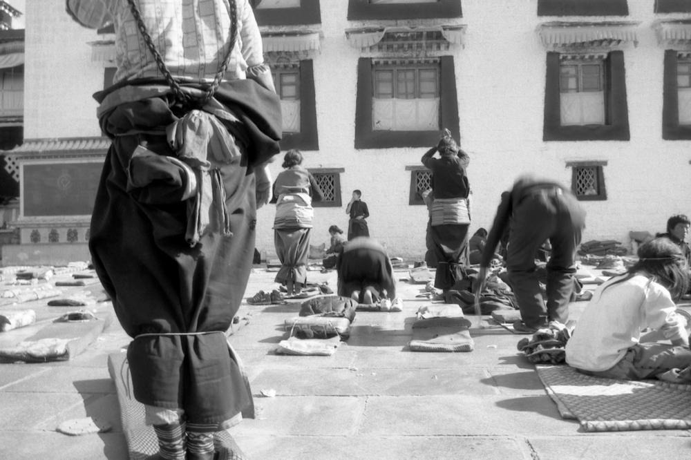 Jo Farrell, Devotion, Jokhang, Lhasa (Tibet, 2004)