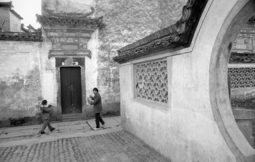 Jo Farrell, Archway, Hong Cun (China, 2003)