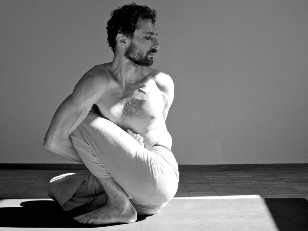 portrait of a yogi.   Marichyasana D  by  Boris from  Ashtanga Yoga Freiburg .     yoga to the people.   www.janoschs-turnstunde.com