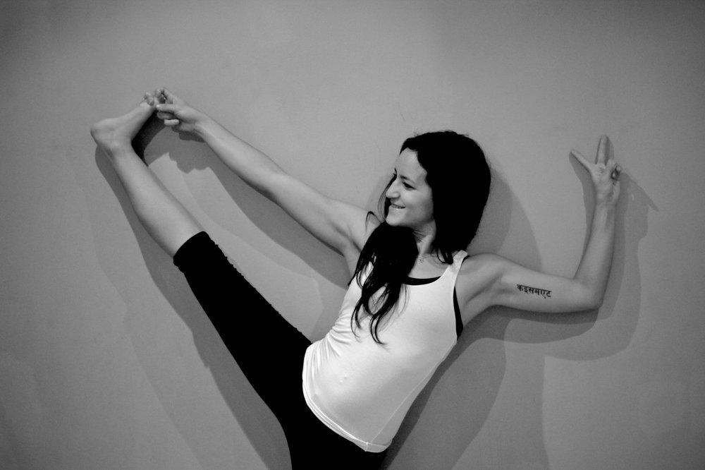5.10.- 6.10.2013     Samstag – Vinyasa total (2h) Handan führt dich durch eine dynamische Sequenz, in der du dich konstant in Koordination mit dem Atem bewegen wirst. Lerne dabei deine körperlichen und mentalen Grenzen neu kennen.  Sonntag vormittag – Mysore Style (3h) Assistierte Selbstpraxis – komm und übe deine eigene Praxis in deinem eigenen Rhythmus. Ob Ashtanga oder sonstiges, Du kannst üben, was du willst. Handan und Janosch werden dir dabei gemeinsam helfen.   Sonntag nachmittag – Chandra Krama (3h) Die Mondsequenz ist eine sanft fließende Vinyasa Stunde mit einem starken Fokus auf das Becken, die Leisten und den unteren Rücken. Schultern und Handgelenke werden entlastet. Diese Sequenz ist eine wundervolle Abwechslung zu einer dynamischen Yoga Praxis.          die Teilnehmerzahl ist auf max. 20 Teilnehmer begrenzt.   Handan Karadag  Handan hat langjährige Yoga Erfahrung in verschiedenen Traditionen und lebt und unterrichtet in München. Sie ist in Deutschland die einzige von Matthew Sweeney ( www.yogatemple.com ) authorisierte Lehrerin, die die Mond Sequenz unterrichtet. Ihr Unterricht zeichnet sich durch ihre liebevolle Art, exakte Anweisungen und präzise Adjustments aus.  Preis Regulär 120€ / Early bird 108€   Anmeldung einfach email an janosch (workshopinulm@gmail.com)  www.janoschs-turnstunde.tu  mblr.com