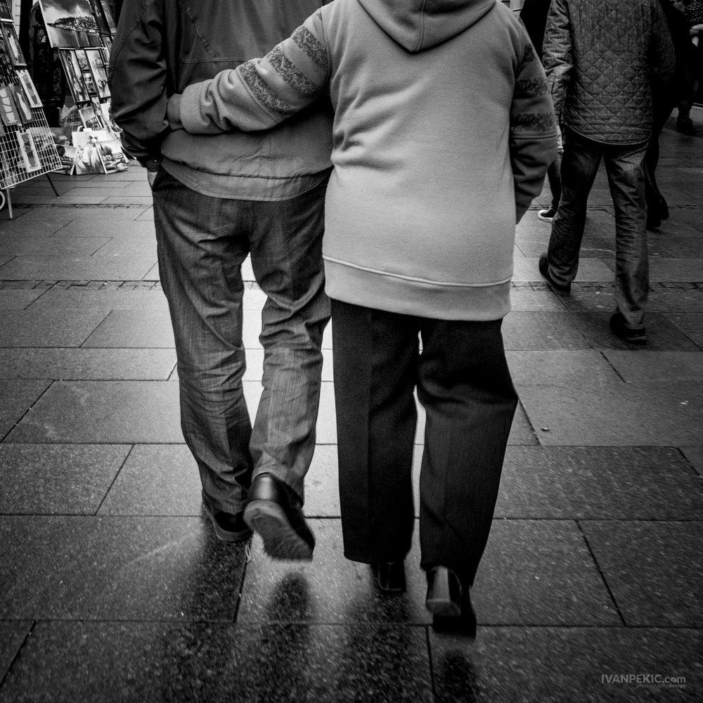 knez ljudi zagrljeni emocija street 2.jpg