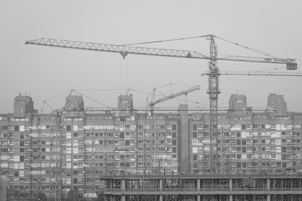 radnici zgrada ljudi dizalica kran.jpg