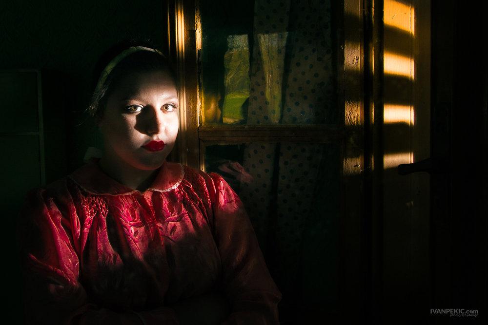 ivanovo devojcica zena etno kontrast sunce prozor.jpg