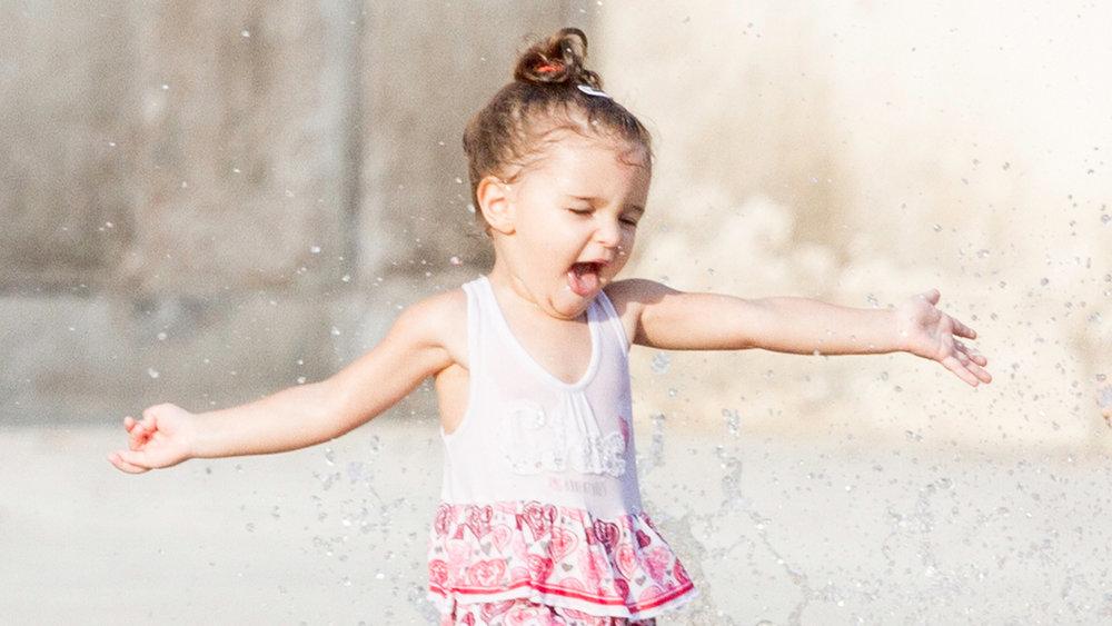 frames_0004_dete devojcica trce voda italija.jpg.jpg