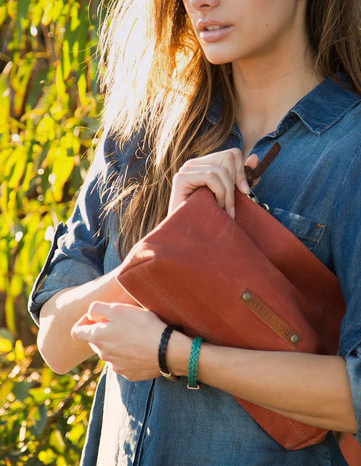 HL-CLUTCH_WAXED-CANVAS_RUST_LIFESTYLE_3.jpg