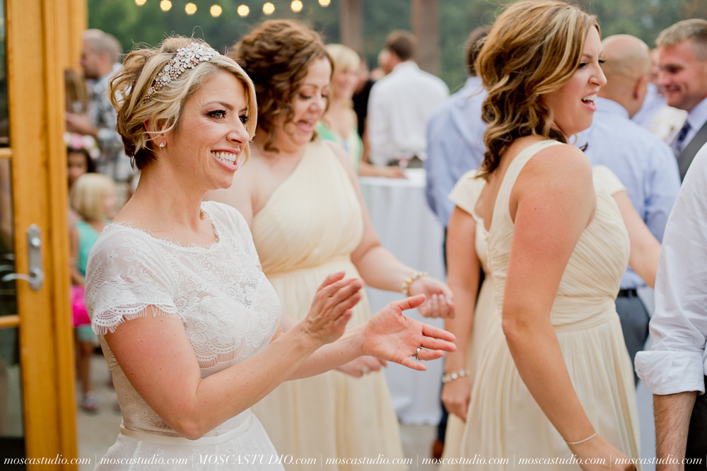 00394-MoscaStudio-Red-Ridge-Farms-Oregon-Wedding-Photography-20150822-SOCIALMEDIA.jpg