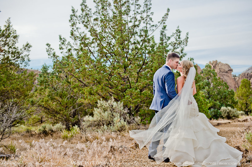 0516-MoscaStudio-Smith-Rock-State-Park-Bend-Wedding-20150620-SOCIALMEDIA.jpg