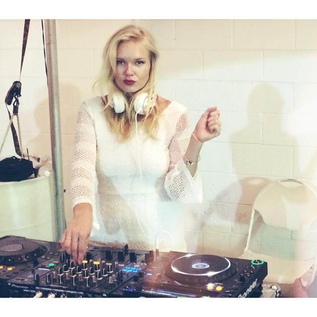 DJ Sassypants is back! #whiteonwhite #hnlnightmarket #kitchenmusicsociety  (at Honolulu Night + Market)