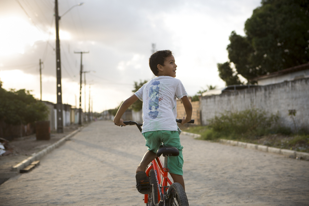 João Pessoa, 14 de outubro de 2015 - Garoto pedala pelo bairro bairro Cidade Verde - Mangabeira 8.  (©Greenpeace/Otávio Almeida)