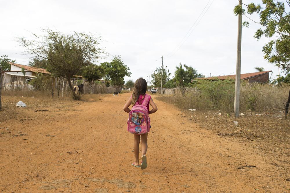 Assentamento Maria da Paz, RN, 15 de outubro de 2015 - Criança voltando para casa depois de um dia de aula na Escola Municipal Maria da Paz. (©Greenpeace/Otávio Almeida)