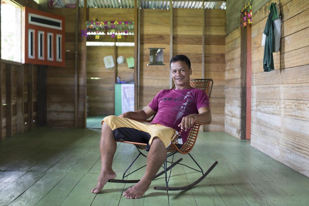 Mamirauá, AM, 27 de outubro de 2015 - Iani, presidente da comunidade de Várzea Alegre. Ele conta que a vida mudou muito com a bomba que traz água do rio para as casas. (©Greenpeace/Otávio Almeida)