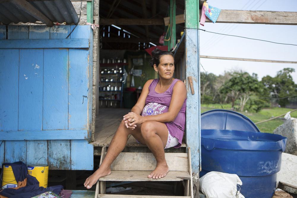 Mamirauá, AM, 27 de outubro de 2015 - Lucinete, moradora da Vila Nova Amanã (AM) é uma das beneficiadas pela máquina que bombeia água do rio para as casas da comunidade. Hoje ela não precisa mais descer até a margem para lavar roupas, louças ou tomar banho.  (©Greenpeace/Otávio Almeida)
