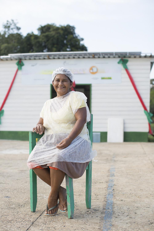 Mamirauá, AM, 27 de outubro de 2015 - Lucimar conta como a máquina de gelo funciona a partir da energia solar. O gelo é feito com água da chuva e usado na Vila Nova Amanã para refrigerar peixes e para refrescar água e sucos. (©Greenpeace/Otávio Almeida)