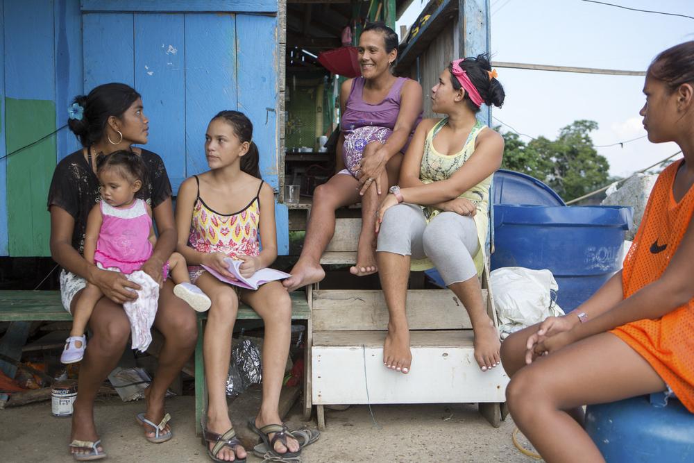 Mamirauá, AM, 27 de outubro de 2015 - Moradores da Vila Nova Amanã (AM) beneficiados pela máquina que bombeia água do rio para as casas da comunidade. (©Greenpeace/Otávio Almeida)