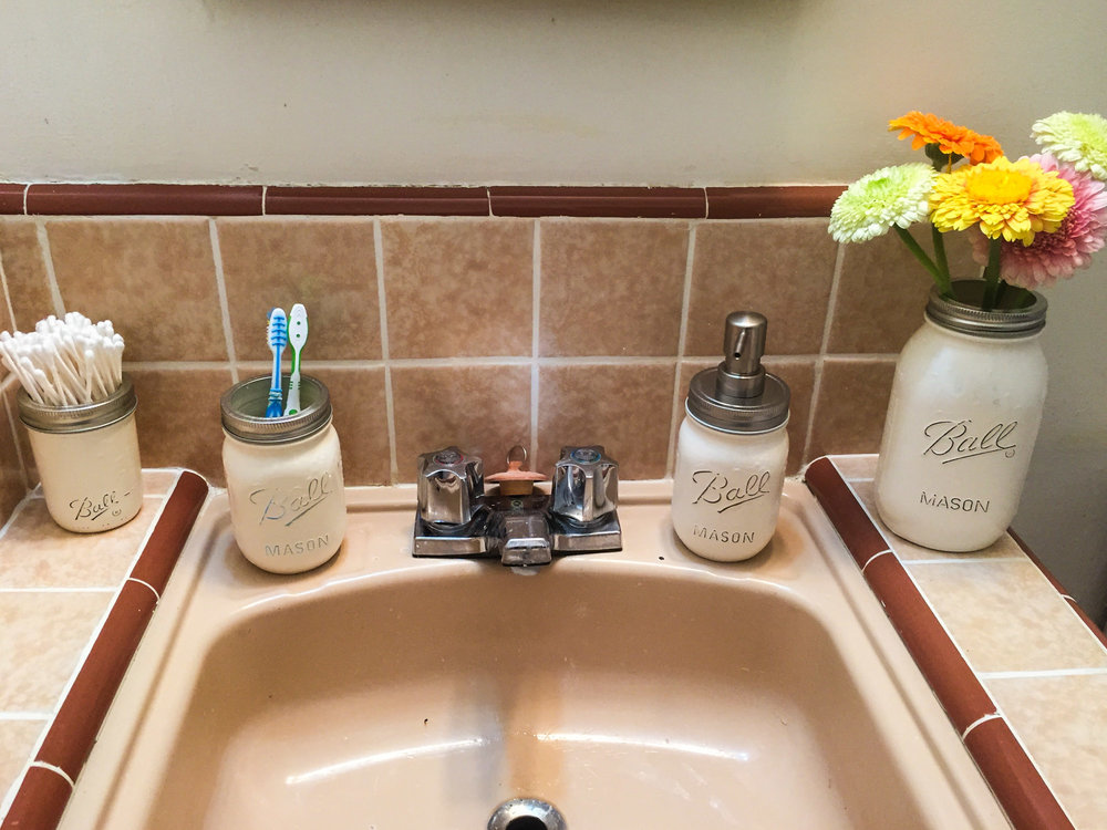 DIY 'Ball' mason jar bathroom accessories Pinterest project.